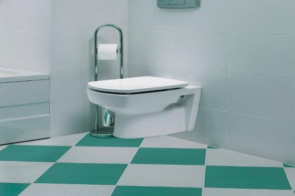 salle de bain avec sol à carreaux verts et blancs