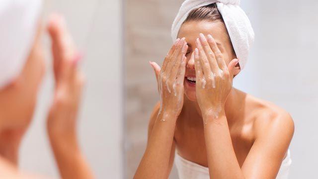 Types de nettoyants pour le visage et de démaquillants
